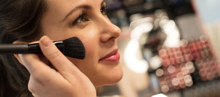 Opmaken door een schoonheidsspecialste van Hemels beauty en health